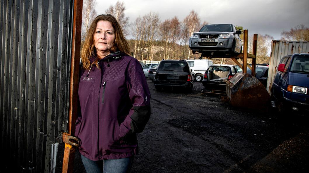 BRUKTBILKJØPER: – Jeg trodde rett og slett ikke det var mulig å selge biler som var satt sammen av to vrak, sier Sigfrid Eiksund, her fotografert ved en lokal bilopphuggerbedrift uten tilknytning til saken.