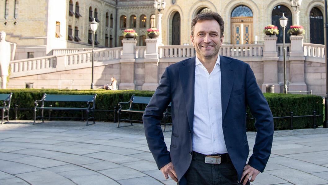 SETT I GANG! MDGs nasjonale talsperson Arild Hermstad ber samferdselsminister Knut Arild Hareide (KrF) sørge for at staten setter i gang byggingen av Fornebubanen. Foto: Ole Christian Klamas