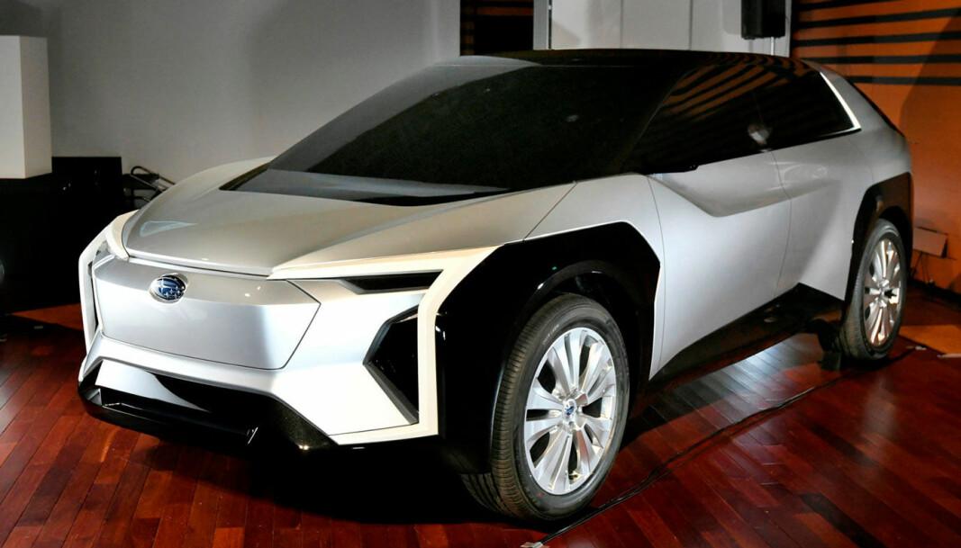 """<span class="""" font-weight-bold"""" data-lab-font_weight_desktop=""""font-weight-bold"""">KJENTE LINJER: </span>Subaru-merke i grillen, men vinkler og designgrep vi kjenner fra Toyota. Den kommende el-SUV-en vil trolig ha klare likhetstrekk med denne konseptbilen."""