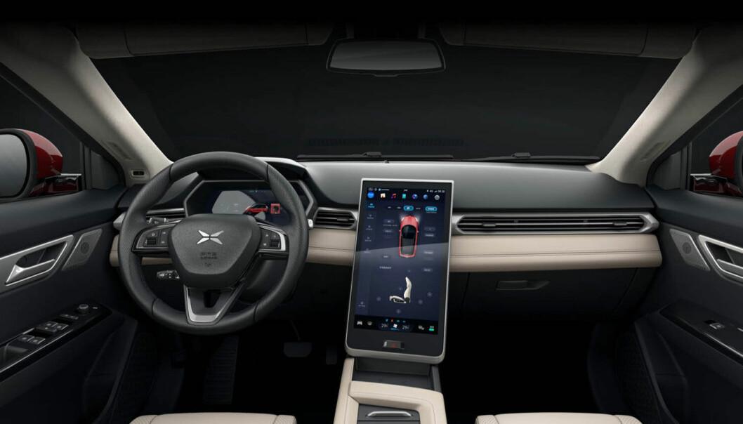 <b>TESLA-KOPI:</b> Interiøret i Xpeng G3 er som en nedskalert versjon av Tesla Model S.
