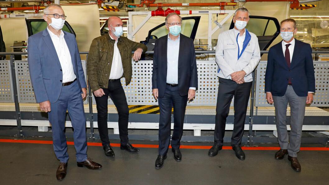 OPPSTART: Volkswagen åpnet mandag sin store elbilfabrikk i Zwickau etter korona-nedstengningen. Konsernsjef Herbert Diess til høyre. Foto: VAG