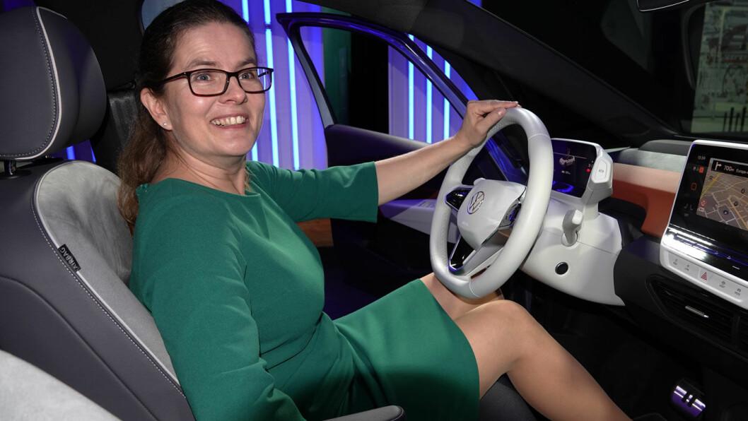 IKKE FORNØYD: VW-direktør Silke Bagschik i Volkswagens e-mobilitetsdivisjon, her bak rattet på en VW ID.3, mener lynlading er altfor dyrt. Foto: Peter Raaum