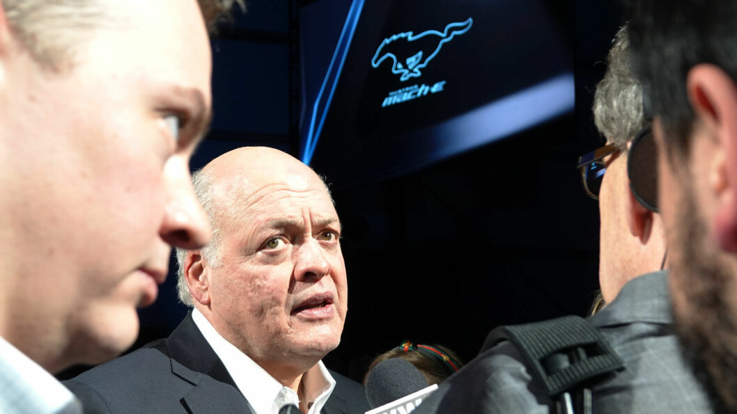 SVETT: Ford-sjef Jim Hackett, her blant journalister under presentasjonen av Mustang Mach-e i Los Angeles i november, har fått bekymringer – både over pengeflyten og produksjonsflyten – etter koronautbruddet. Foto: Peter Raaum
