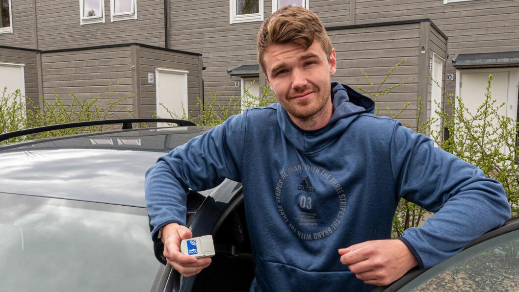 DOBBELT OPP: Andreas Berge ble overrasket da han oppdaget at han hadde betalt bompengene for bilen han solgte, og ikke for Passaten han nå eier. Nå risikerer han å måtte betale for begge bilene. Foto: Peter Raaum