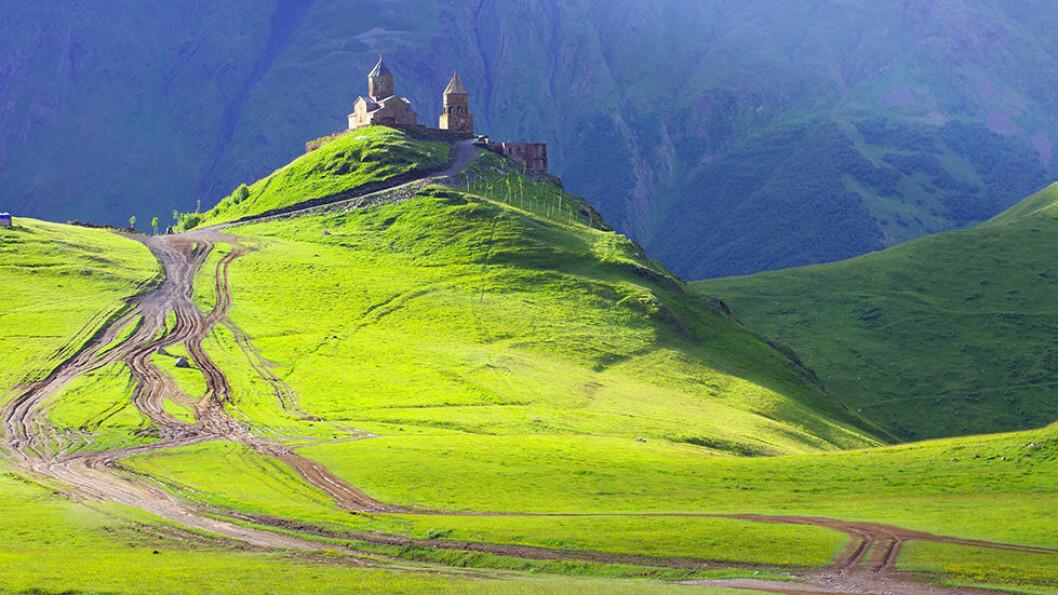 EN NATUROPPLEVELSE: På vei gjennom de majestetiske Kaukasusfjellene til den lille fjellbyen Kazbegi med utsikt mot 5000 meter høye fjell og  nasjonalikonet Sameba-kirken. Foto: Shutterstock