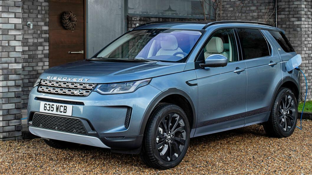 FÅR KONTAKT: Modellrekken til Jaguar Land Rover utvides med ladbare modeller – her Range Rover Evoque med batteri på 15 kWt, oppgitt rekkevidde på 66 km på strøm og teoretisk 32 gram CO2 per km. Foto: Jaguar Land Rover