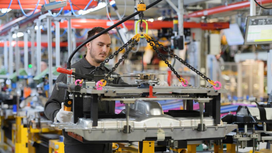 ELEKTRIFISERER PRODUKSJONEN: Ved Halewood-fabrikken til Land Rover er produksjonslinjene blitt tilpasset produksjonen av modeller med batteri og 1500 ansatte har fått opplæring i de nye produksjonsprosessene.