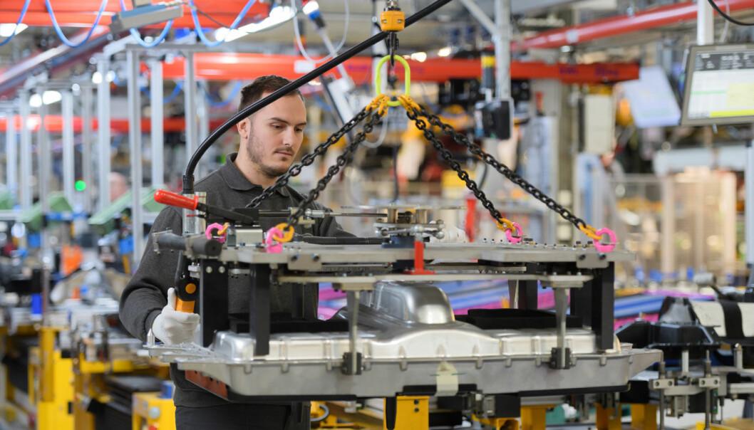 <b>MINDRE Å GJØRE:</b> En arbeider ved Halewood-fabrikken til Land Rover.