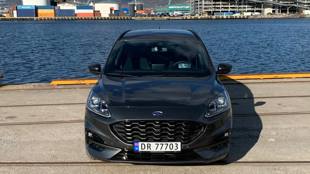 STØYSVAK: Nye Ford Kuga har et behagelig lavt støynivå, selv med store sommerdekk på grov norsk asfalt. Det er ikke tilfeldig. Foto: Knut Moberg