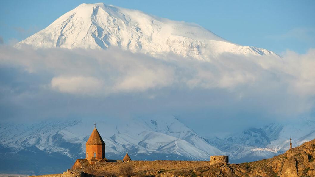 NOAHS ARK: Fjellet Ararat har bibelsk betydning. Det var her Noah skal ha bygd arken. Klosteret Khor Virap har vært påbygd i flere omganger, men har røtter helt tilbake til år 642. Foto: Shutterstock