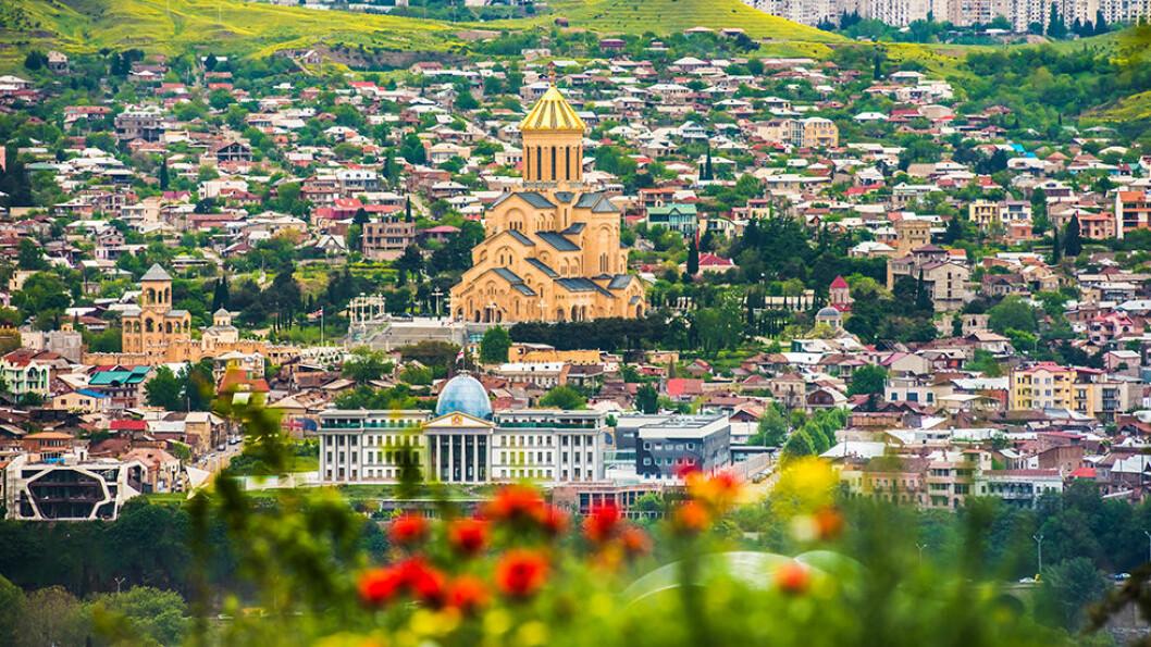 GEORGIAS HOVEDSTAD: Tbilisi har vært en viktig handelsrute mellom øst og vest, og historien reflekteres i bebyggelsen som er en blanding av middelaldersk, neoklassisistisk og sovjetisk arkitektur. Foto: Shutterstock