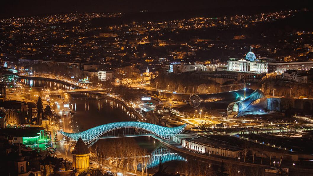 FREDSBROEN: Tbilisi er også en moderne by, og LED-belysningen på den nye Fredsbroen over elva lyser opp i kveldsmørket. Foto: Shutterstock
