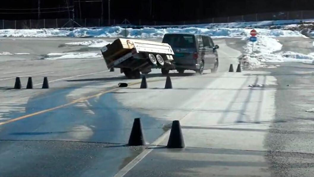 STORE PROBLEMER: Tilhengeren får store problemer når sjåføren må svinge. Nå advarer forskerne mot høyere fart for tilhengere. Foto: Nord universitet