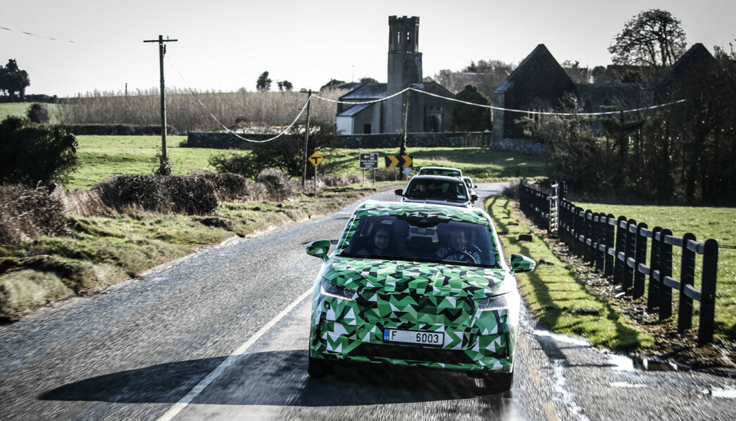 <b>TESTTUR: </b>Motors journalist kjørte Enyaq i Dublin i februar - på venstre side med venstreratt - sammen med Jill Mahler, produktsjefen for Enyaq.