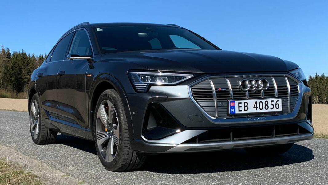 LIGGER LAVT: Designgrepene Audis designere har tatt er svært effektive. Visuelt mener vi e-tron Sportback, med sin betydelig mer dynamiske linjeføring enn vanlige e-tron, fremstår som en bil som står på egne (sic!) hjul. Foto: Knut Moberg