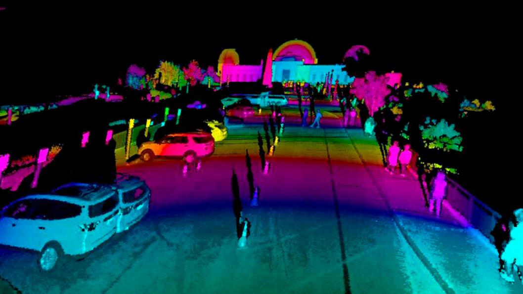 KAMERA I TILLEGG: Laserbaserte impulser fra LiDAR-systemet kombineres med bilens øyne, kameraene, som «ser» omtrent som dette.