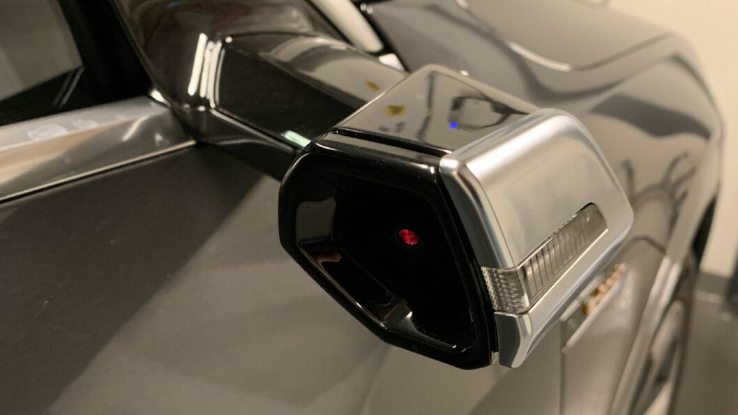 FORVIRRENDE: Vi venner oss ikke til kamerabaserte virtuelle speil på Audi-vis.
