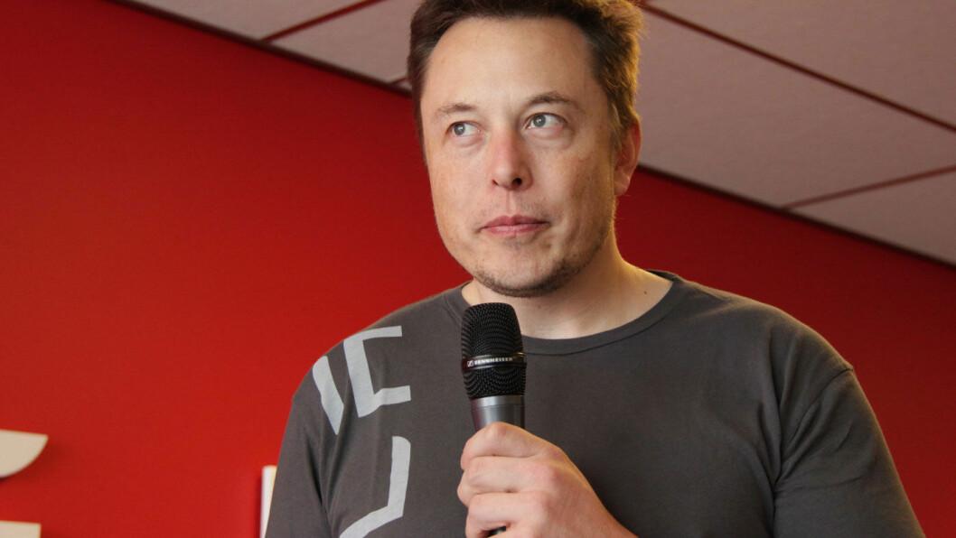 RASER MOT MYNDIGHETENE: Tesla-sjef Elon Musk sier han akter å fortsette produksjonen i strid med Alameda fylkes bestemmelser, om han så må i fengsel. – Om noen skal arresteres, ber jeg om at det bare blir meg, skrev Musk på Twitter.