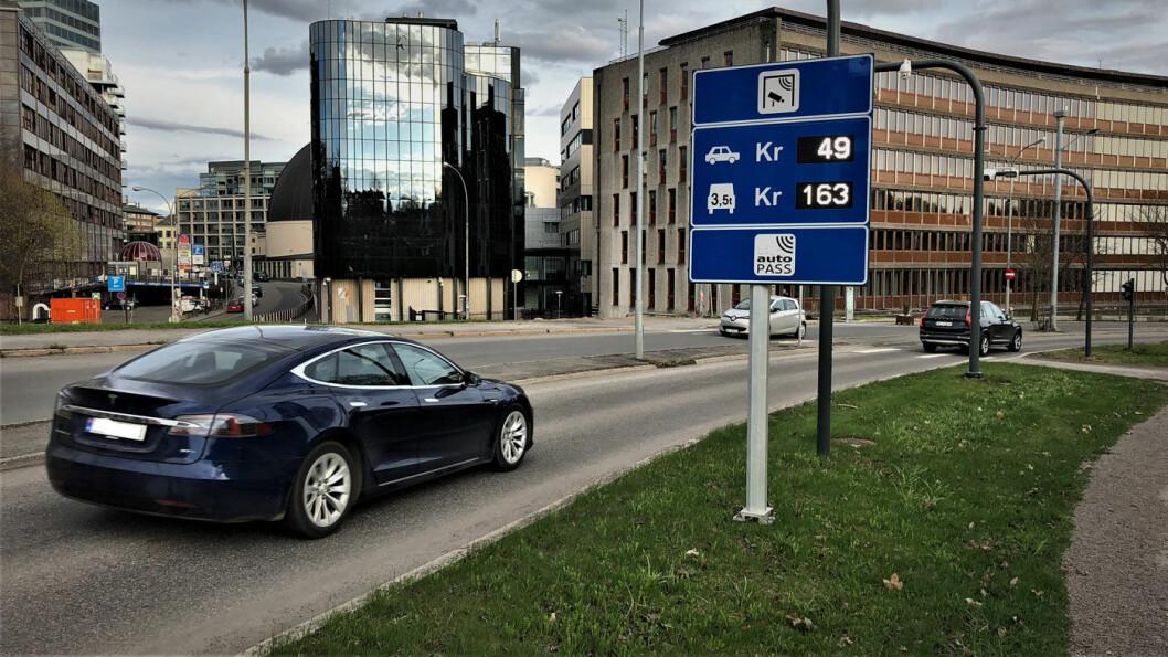 GAMMEL TAKST: Bompengetakstene forblir uendret inntil videre for elbiler som denne Tesla-modellen som her passerer en bomstasjon i Middelthuns gate i Oslo.