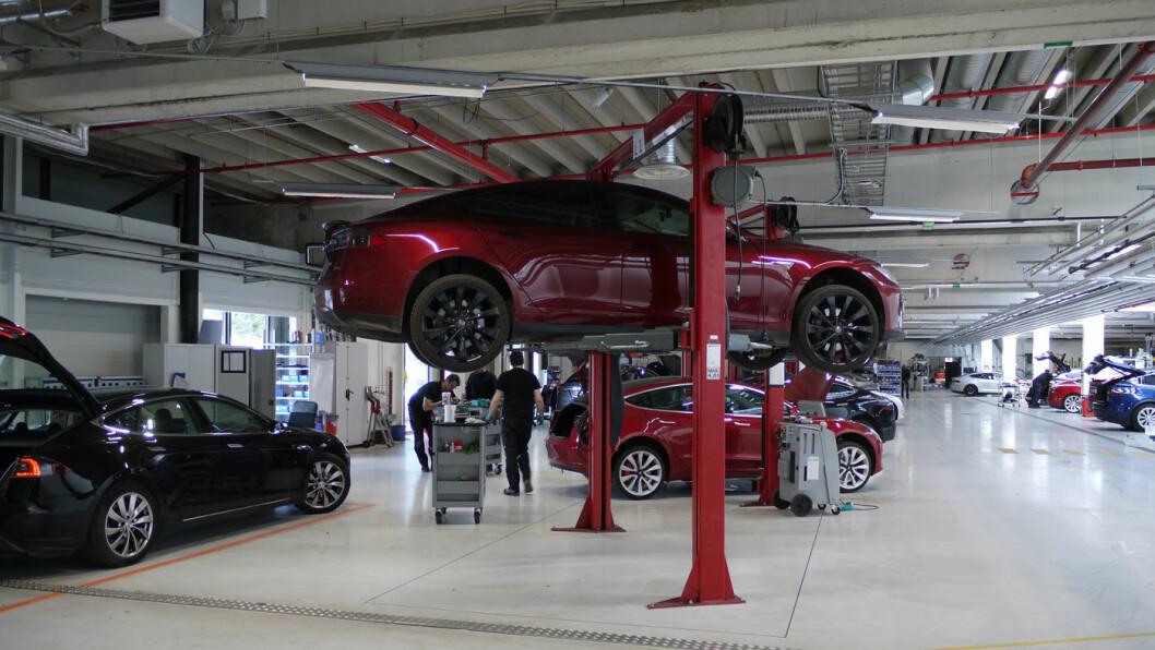 FLERE MANN TIL PUMPENE: Økt bemanning på stadig flere servicesentre, som dette på Karihaugen, har bidratt til et kraftig løft på Norsk Kundebarometer for Tesla. Foto: Pia Strømstad