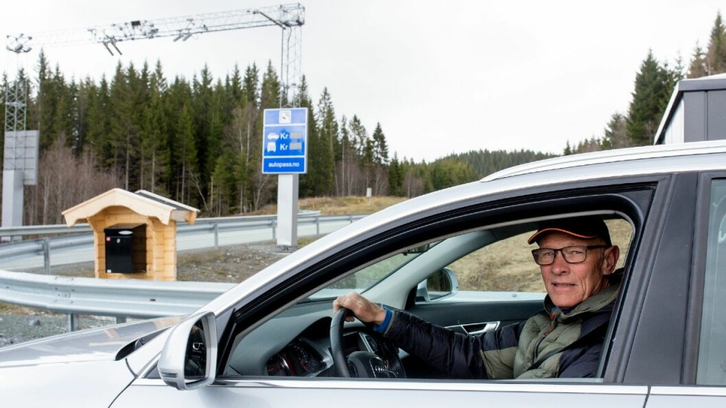 TALLET ER 10…: Til bomstasjonen er det 10 meter fra utkjøringen fra gårdsveien til Jan Sverre Mortensen. Men nyveien som er bygget ligger 10 kilometer unna. Foto: Sveinung Uddu Ystad
