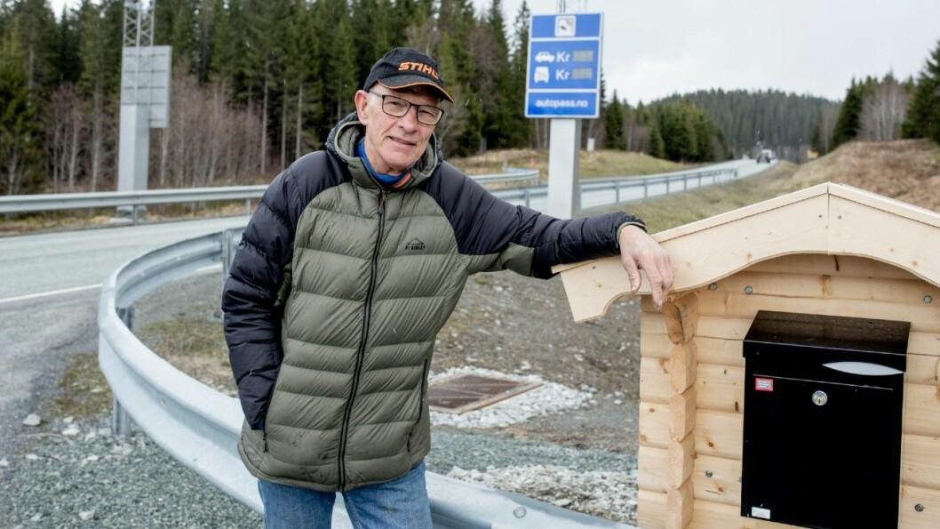 BOMFRI POST: Postkassen sto på den andre siden av bomstasjonen. Men den har Jan Sverre Mortensen fått lov å flytte. Foto: Sveinung Uddu Ystad