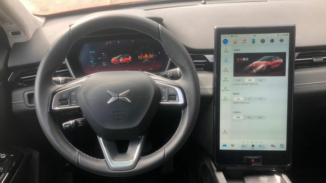 TESLA-LOOK: Instrumentpanelet er nærmest en blåkopi av det du finner i Tesla Model S og X.