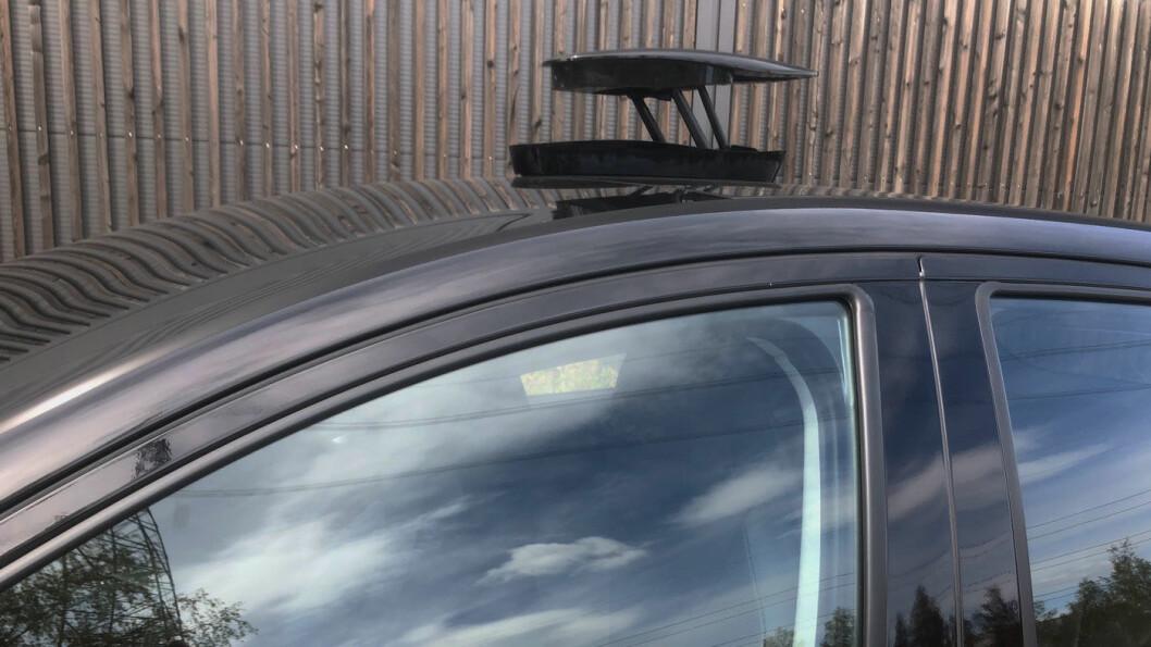 KAMERA: Boksen på taket inneholder et 360 graders kamera som blant annet kan vise omgivelsene mens du kjører og som kan ta bilde av deg utenfor bilen.
