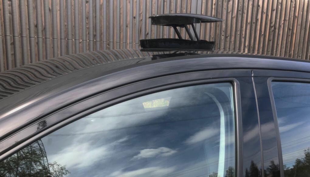 """<span class="""" font-weight-bold"""" data-lab-font_weight_desktop=""""font-weight-bold"""">KAMERA: </span>Boksen på taket inneholder et 360 graders kamera som blant annet kan vise omgivelsene mens du kjører og som kan ta bilde av deg utenfor bilen. Men det kan ikke kombineres med takstativ."""