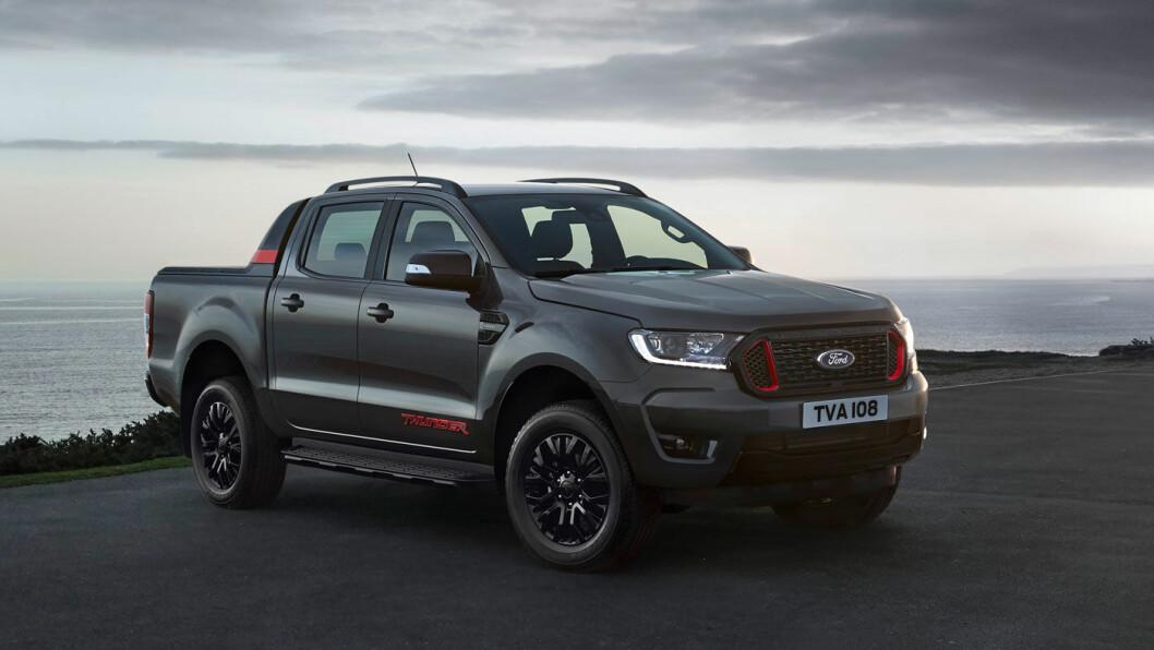 KULERE: Ford Ranger Thunder kommer kun i denne fargekombinasjonen: Sea-grey med røde detaljer. Det blir produsert 4500 utgaver av spesialversjonen. Foto: Ford Motor