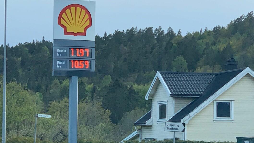 10,59: Priskrig og lav oljepris gir rimelig drivstoff. På denne stasjonen langs gamle E18 sør for Porsgrunn var dieselprisen 10,59 kroner literen mandag kveld. Foto: Geir Olsen