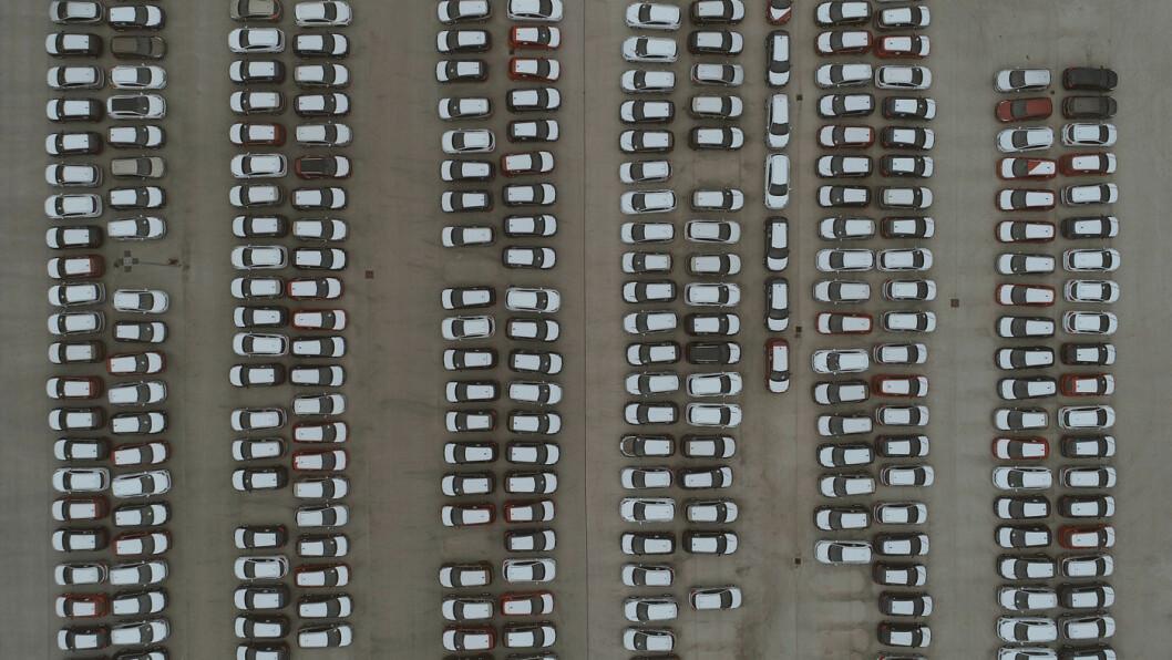 BILER PÅ LAGER: I april kollapset bilmarkedet i Europa – og i noen land enda mer enn i andre. Foto: Filip Filkovic Philatz, Unsplash