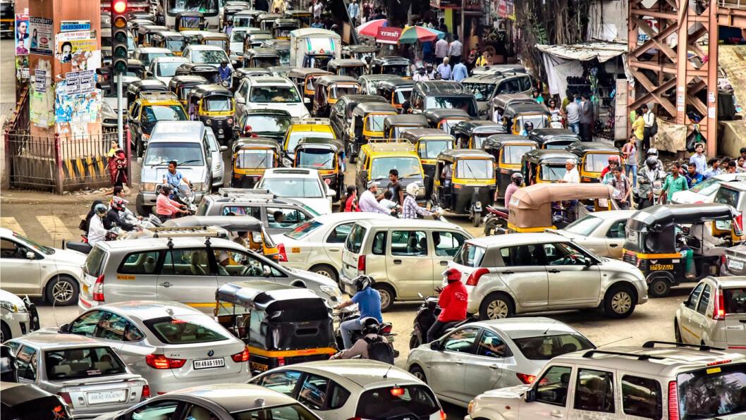 UTSLIPPENE ØKER LIKEVEL: Elektrifiseringen er ikke nok til å reversere klimautslippene fra trafikken før i 2033, ifølge Bloomberg NEF. Mange steder blir det fortsatt godt med biler, som her i Mumbai. Foto: Shutterstock