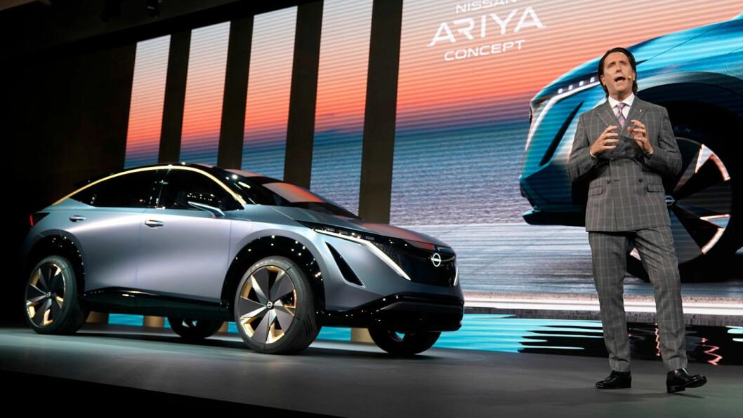 RULLER VIDERE: Konseptbilen Nissan Ariya er en forsmak på den kommende el-SUV-en fra Nissan som skal komme  til neste år. Nissans kubansk-amerikanske design-guru Alfonso Albaisa presenterte bilen under bilutstillingen i Tokyo i oktober. Foto: Nissan