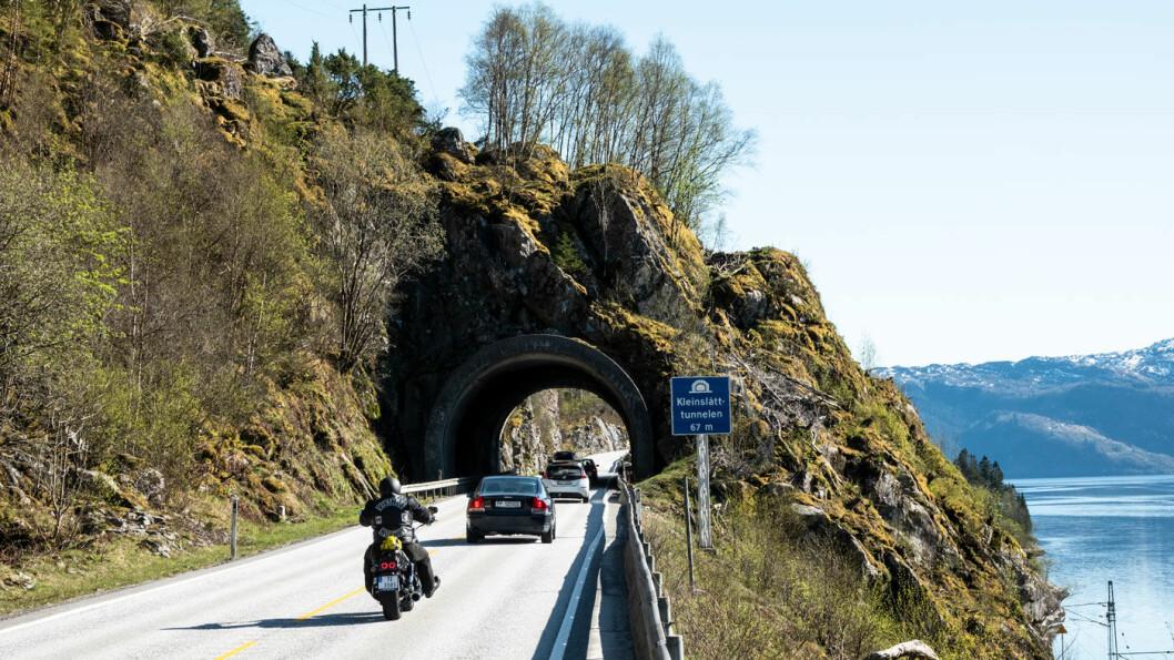 SELVESTE EUROPAVEIEN: Det kan se fagert ut i godvær, men E16 ble i fjor kåret til Norges verste vei. Her den lille Kleinslått-tunnelen like sør for Stanghelle. Foto: Peter Raaum