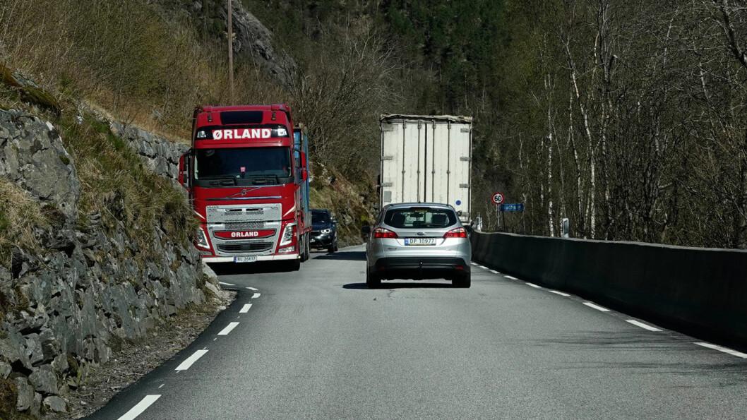 HOVEDVEIEN: Slik er standarden på en av landets transportkorridorer, E39 ved Vadheim på nordsiden av Sognefjorden. Foto: Peter Raaum