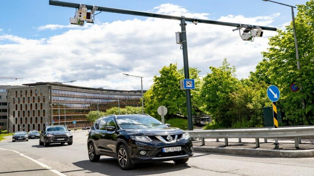 ELBIL-PRIS: Her passerer Motors journalist en av bomstasjonene på Majorstuen i Oslo med elbilbrikke, og belastes fire kroner. Bilen er en dieseldrevet Nissan X-trail, som egentlig skulle betalt 19 kroner. Foto: Geir Olsen