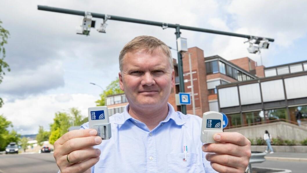 SKIFTET UT BRIKKE: I én uke kjørte journalist Geir Røed rundt med elbilbrikke (brikken til venstre) i sin dieseldrevne bil for å avdekke svakhetene Vegdirektoratet og bompengeselskapene har visst om i flere år. Brikken til høyre er brikke for dieselbilen. Foto: Geir Olsen.