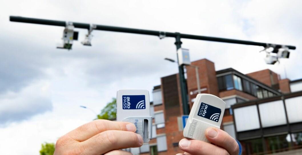 KAN FLYTTES: Bompengebrikkene kan enkelt flyttes mellom biler, slik at man har dokumentasjon på at man er et helt annet sted i landet. Foto: Geir Olsen