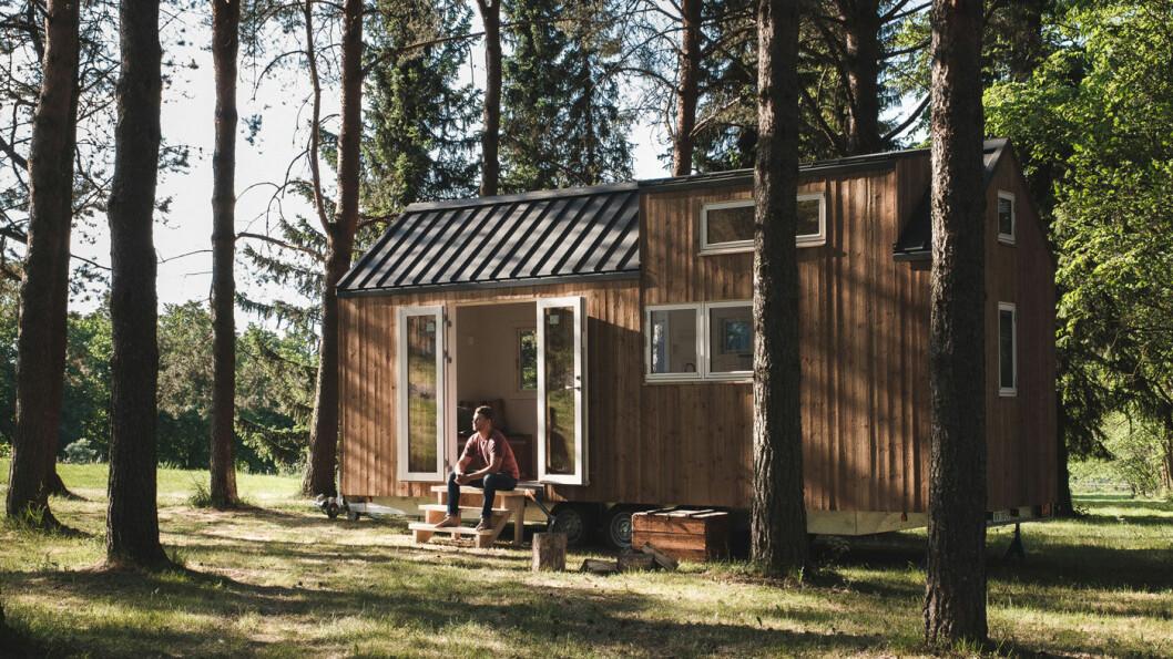 HUSVOGN: Det er et lite hus, men montert på en treakslet henger. Det betyr at du i praksis kan frakte huset dit du ønsker.