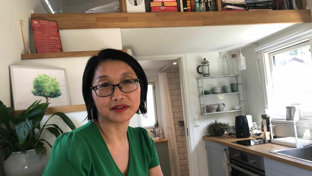 TRIVES: Tone Stangeland Kaufman koser seg i sitt mikrohus i Prinsdal i utkanten av Oslo. Hun bruker det som hybel.