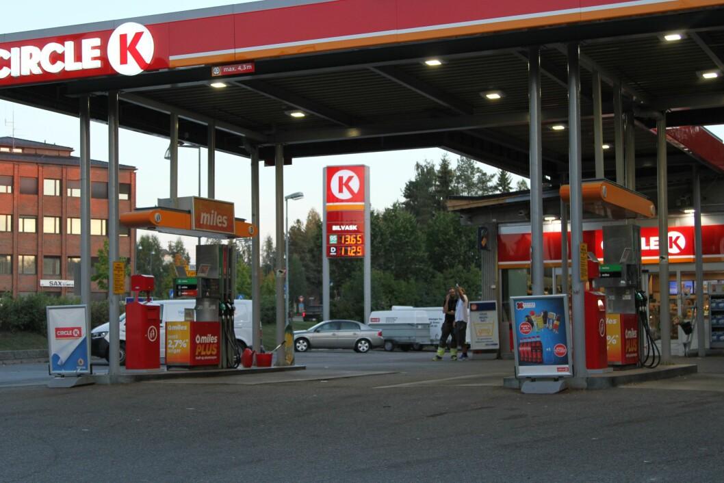 TANKE SØNDAG: Ved å fylle tanken søndag kveld sparer vi 3.500 kroner på bensin i året. Foto: Rune Korsvoll