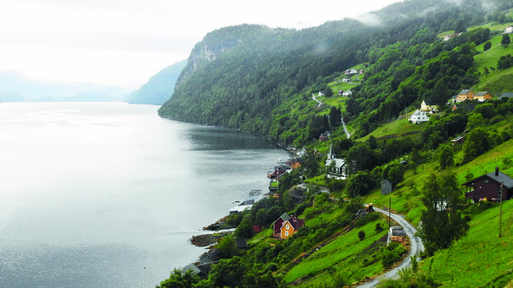 HØYT OG LAVT: Panoramaveien går høyt og lavt langs indre deler av Nordfjord. Foto: Per Roger Lauritzen