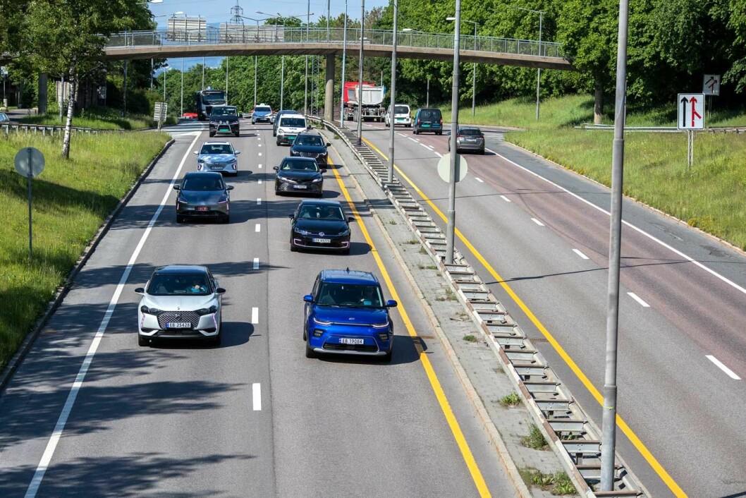 UT PÅ TUR: 29 biler var med i testen, her er et beite på vei nordover på riksvei 4 ved Bjerke i Oslo. Foto: Tomm W. Christiansen