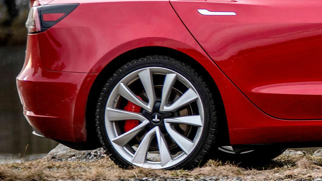 UTEN RUST: Dette er partiet hvor rusten har oppstått på kanadierens bil. Bildet er av en ny, norskregistrert Model 3 av samme type, men uten rustskader. Foto: Tomm W. Christiansen