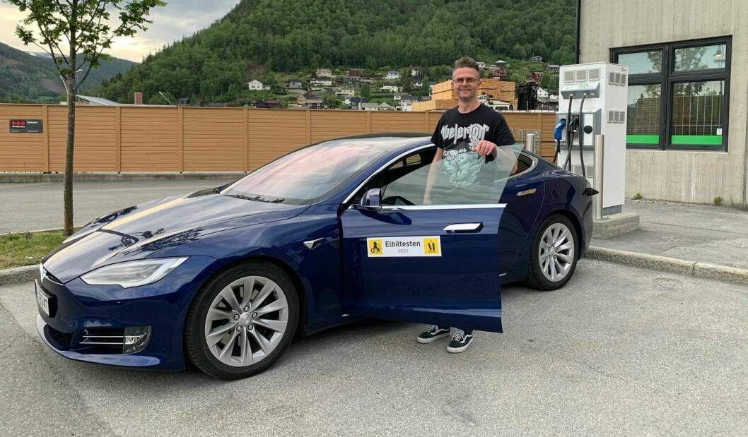 LENGRE ENN LENGST: Tesla Model S og testsjåfør Nils Sødal etter 645,3 km kjøring.