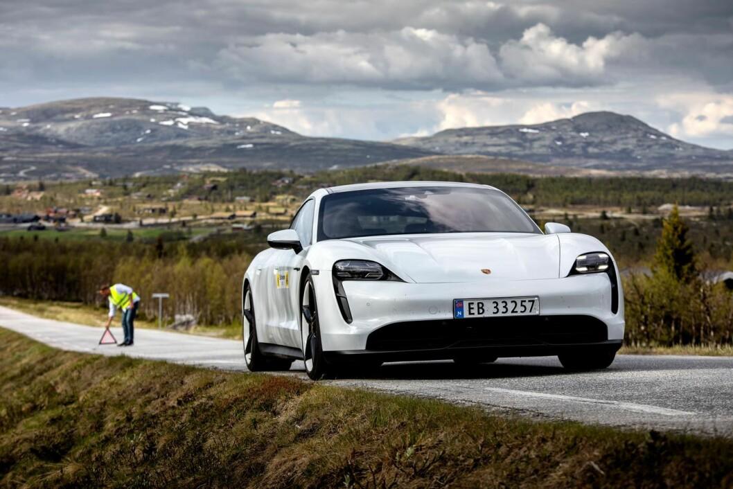 FJONG TIL FJELLS: Porsche Taycan med tomt batteri –etter 475 km på veien.
