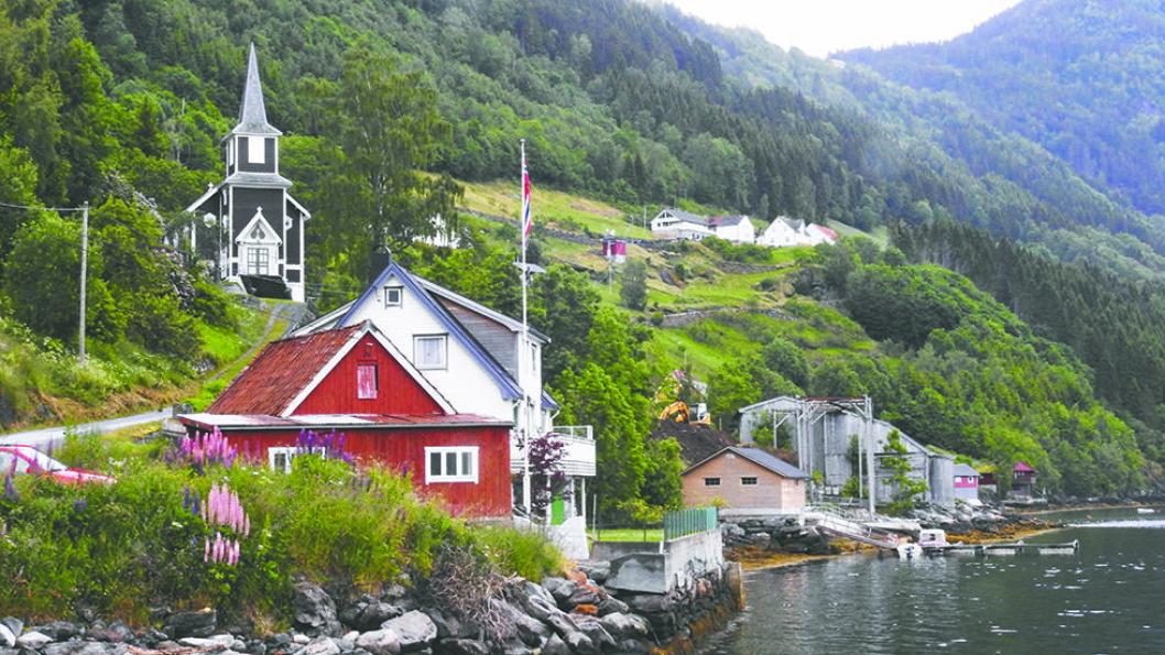 KIRKEBYGDA: I Randabygd kan du både besøke den vakre tømmerkirken og vandre under Tvinnefossen. Foto: Per Roger Lauritzen
