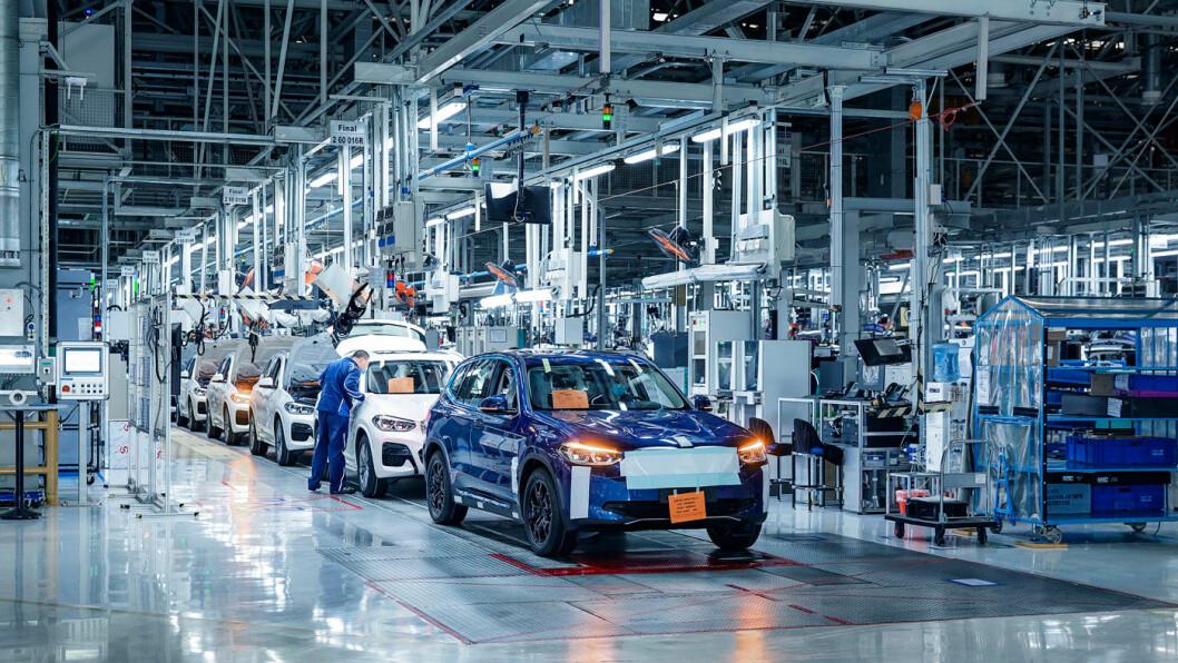 SNART PÅ VEIEN: Mange har ventet på den helelektriske SUV-en fra BMW. Produksjonen starter i sommer, og bilene kommer i løpet av året. Foto: BMW