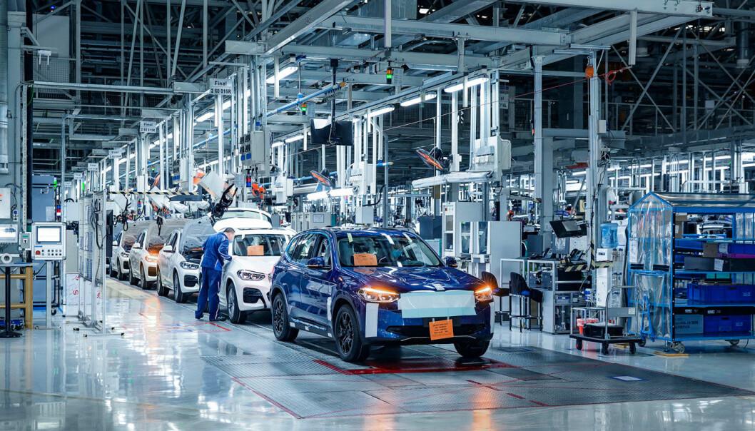 DELER PLATTFORM: Mange har ventet på iX3, el-SUV-en fra BMW som er basert på samme plattform som bensin- diesel og hybridversjonene. Her fra førproduksjon i fabrikken i Shenyang i Kina. Foto: BMW